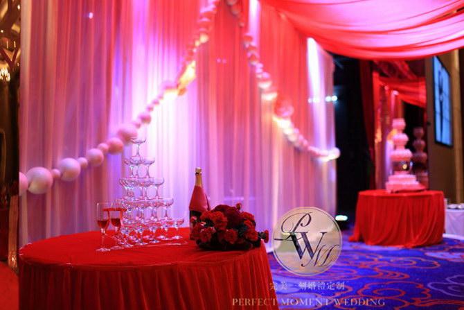 婚礼现场 签到区(婚礼元素:红色布幔,造型纸花,金色欧式相框) 留影