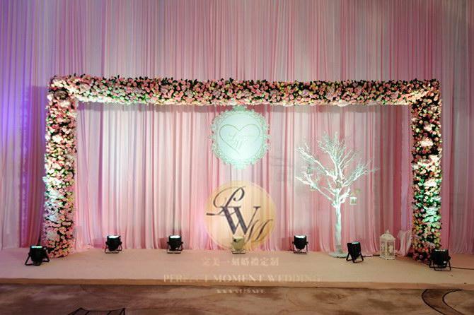 v型大气婚车布置         留影区(元素:花艺,定制logo)         鲜花