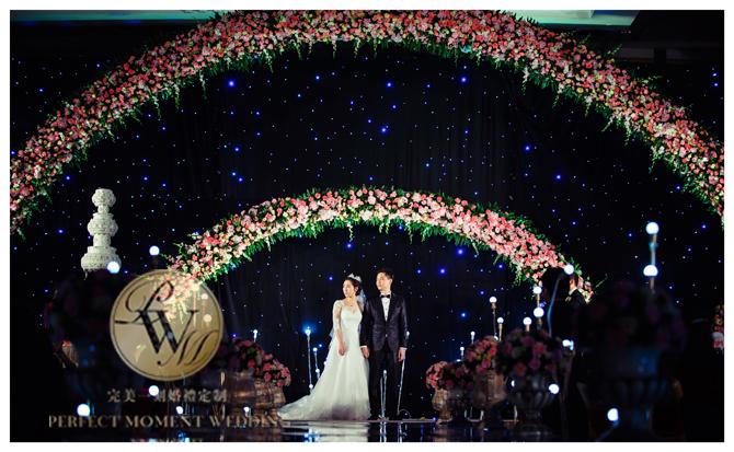 以星空幕布,组合花拱门为主背景,简洁同时更能体现大气典雅.