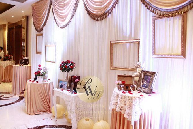 签到区(元素:金色 香槟色布幔,金褐色流苏,定制logo,欧式油画框)